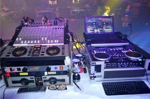 Équipement de scène dj en action